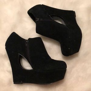 Steve Madden Wedge with cut out detail
